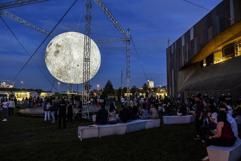 Księżyc obok Centrum Nauki Kopernik - instalacja 'Museum of the Moon'