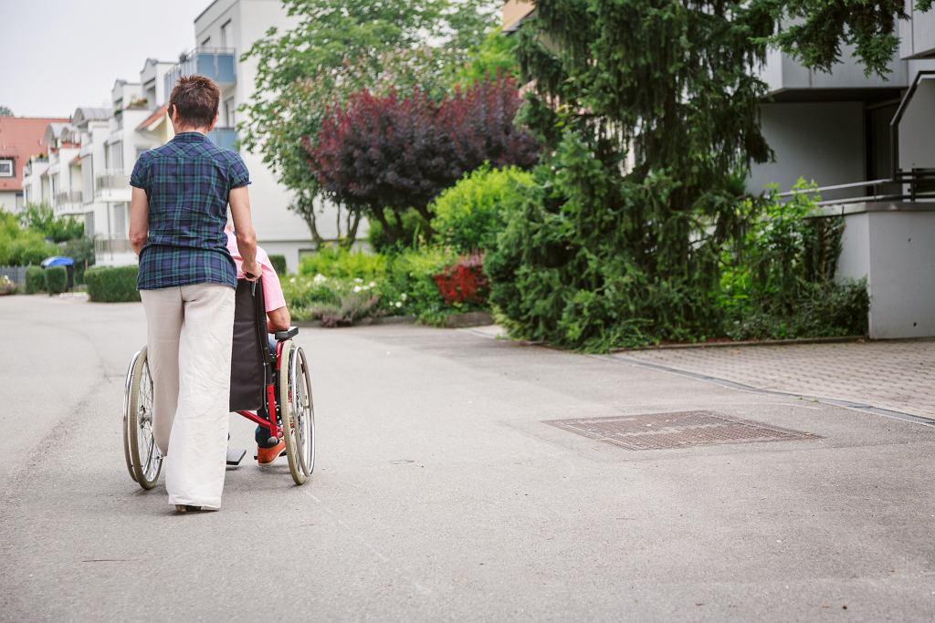 Opieka nad starszymi ludźmi, zdjęcie ilustracyjne.
