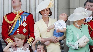 Księżna Kate, książę William, książę Louis, książę George i księżniczka Charlotte (oraz księżna Camilla)