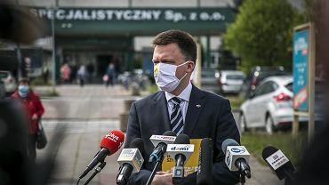 Wybory prezydenckie 2020. Szymon Hołownia w czasie konferencji prasowej przed Mazowieckim Szpitalem Specjalistycznym w Radomiu