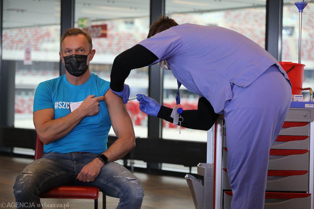 Cezary Pazura podczas szczepienia przeciw COVID-19 w Warszawie.