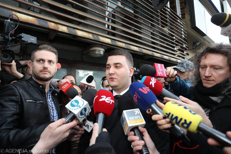 Bartłomiej Misiewicz opuszcza siedzibę partii i wychodzi z PiS - po tym jak komisja złożona z zauszników prezesa stwierdziła 'że nie ma kwalifikacji i się nie nadaje do pracy w ministerstwie i spółkach skarbu państwa'. Warszawa, 14 kwietnia 2017