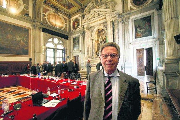 https://bi.im-g.pl/im/87/d5/12/z19750023Q,Gianni-Buquicchio--przewodniczacy-Komisji-Weneckie.jpg