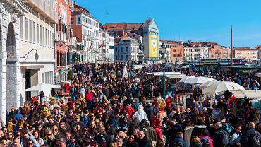 Do Wenecji w szczycie sezonu przyjeżdżają tysiące turystów
