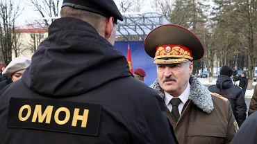 Aleksander Łukaszenka przyznaje nagrody państwowe podczas wizyty w jednosce służb specjalnych w Mińsku, 30 grudnia 2020 r.