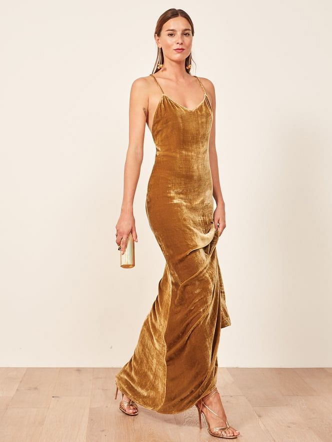 Złota sukienka z aksamitu w miodowym kolorze