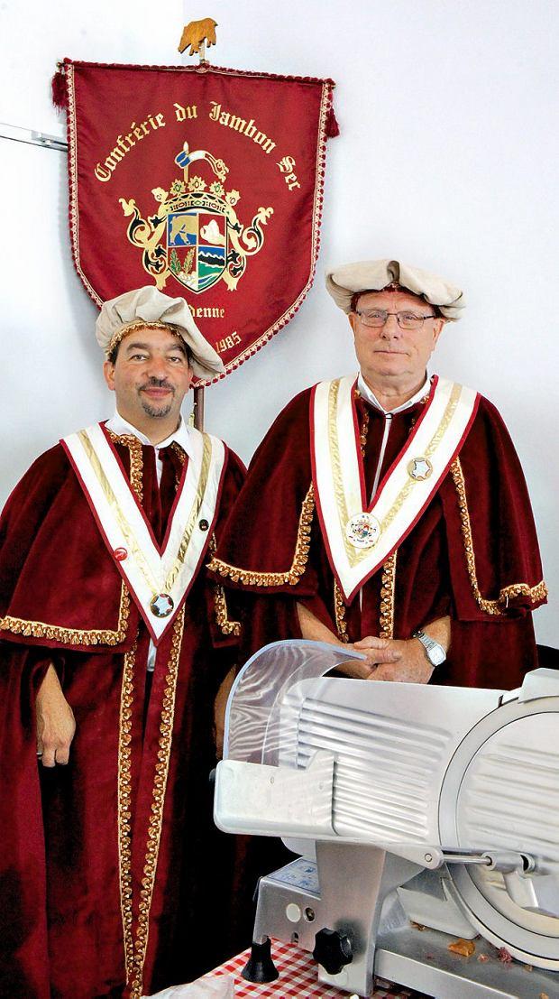 Konfratrzy dumnie prezentują tradycyjną szynkę na różnych targach