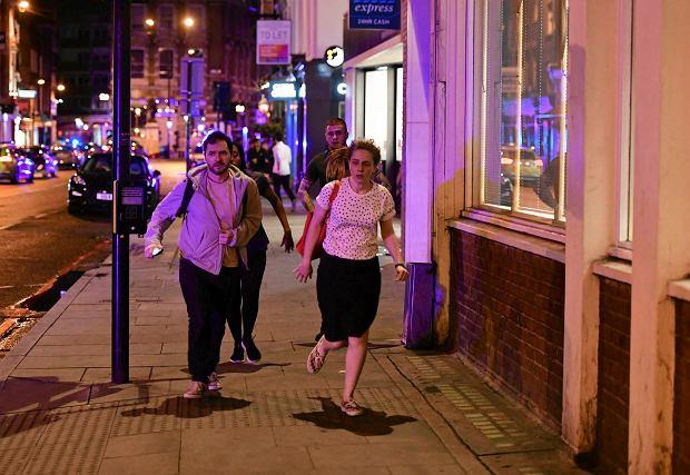 Atak terrorystyczny w Londynie. Świadek: Widziałem, jak dźgali ludzi. Rzucałem w nich butelkami