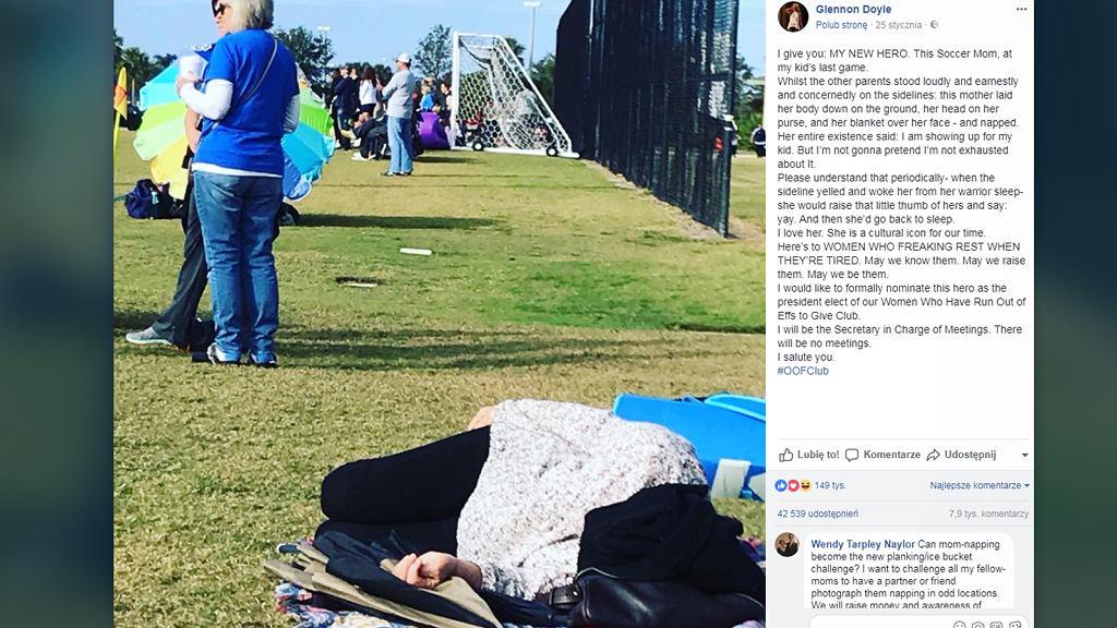 Kobieta zasnęła na trawniku.