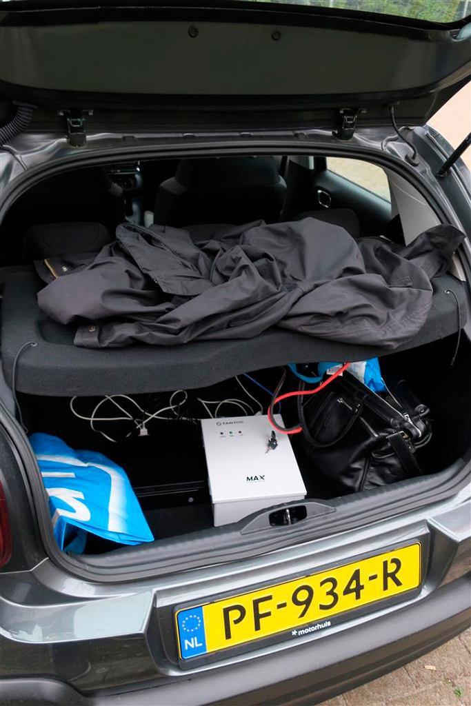 Zdjęcie bagażnika samochodu Rosjan. Pod kurtką antena, poniżej baterie i reszta sprzętu