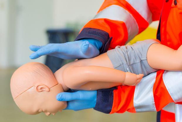 Zadławienie u dziecka - pierwsza pomoc. Co robić?
