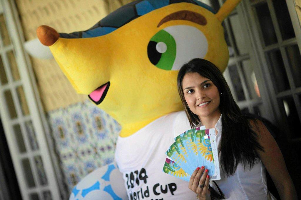 Fanka pokazuje bilety na MŚ 2014
