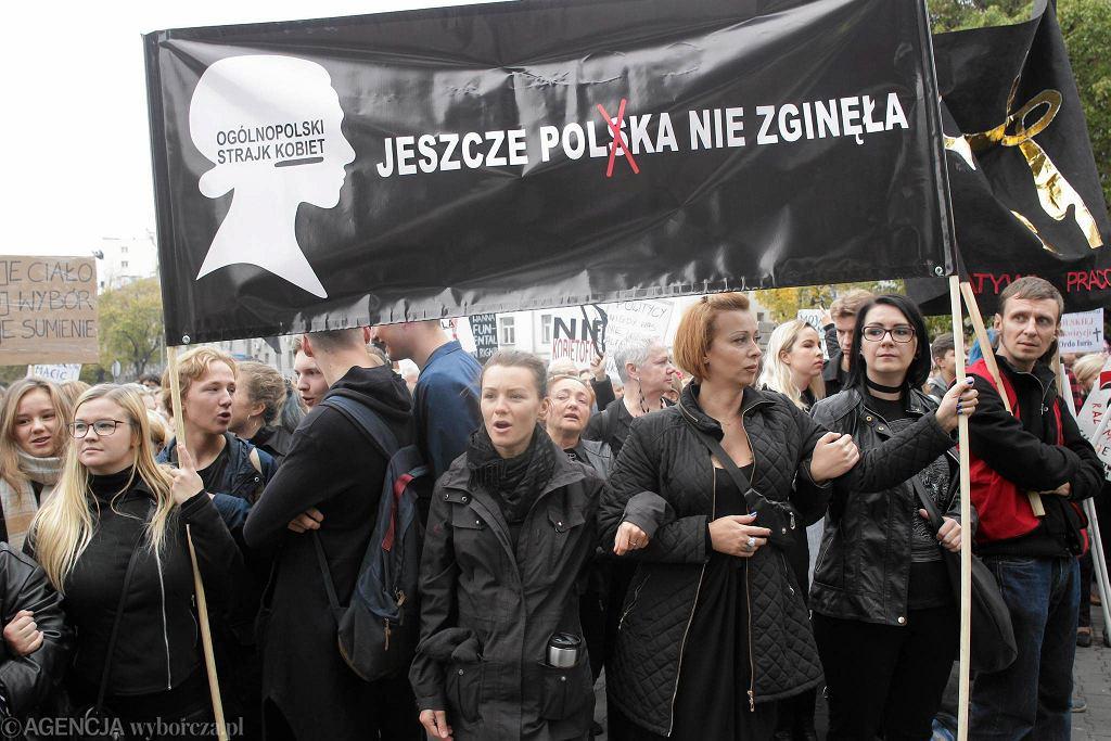 Czarny protest przed siedzibą PiS w Warszawie, 3 października 2016 r.