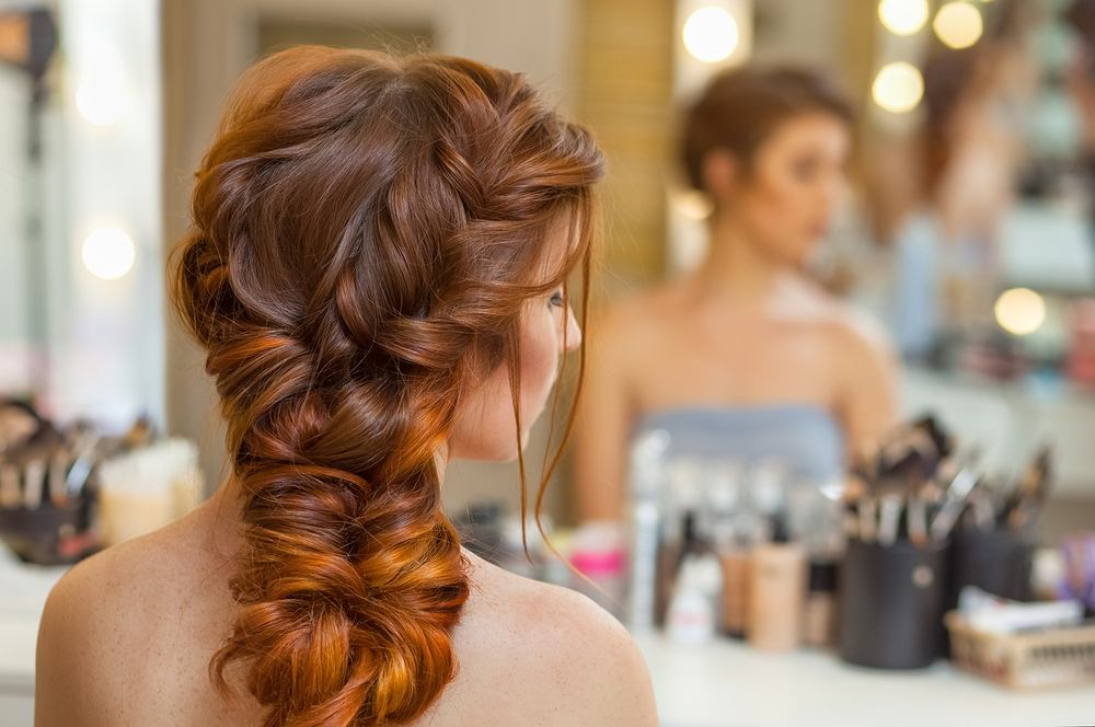 Dla długich włosów idealną fryzurą na studniówkę może być luźno pleciony warkocz.