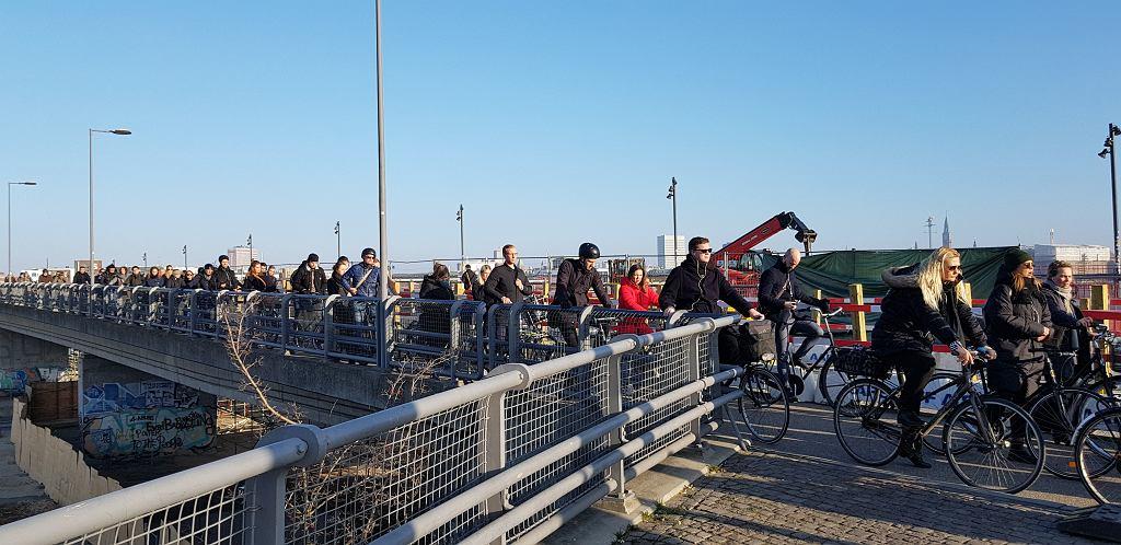 Poranny korek na drodze rowerowej w Kopenhadze. Wiadukt na torami kolejowymi - Dybb?lsbro bridge