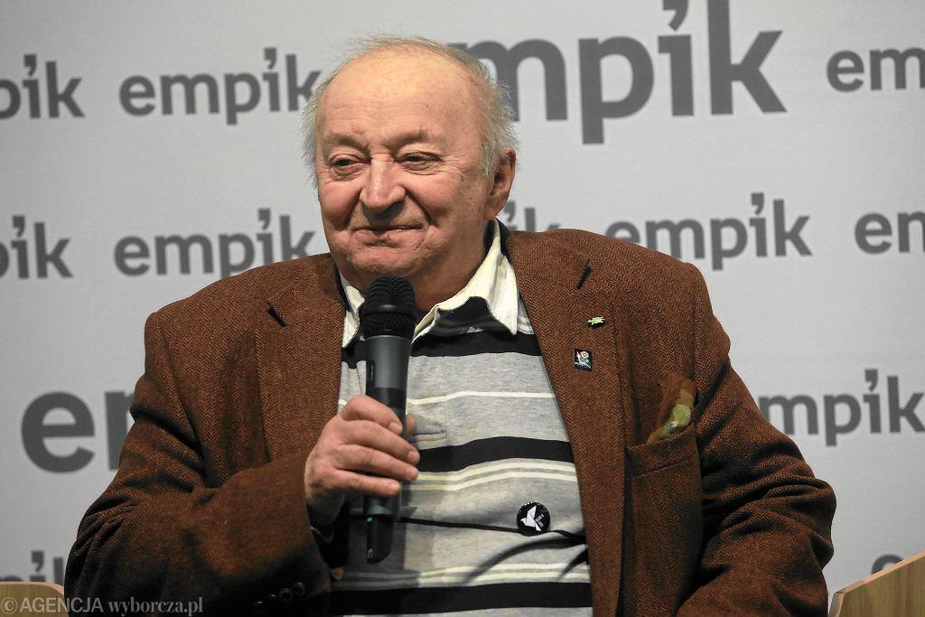 Bohdan Łazuka - blisko 80-letni aktor, piosenkarz i bon vivant - spotkał się z fanami w empiku w Arkadii. Promował nagraną po prawie 30 latach przerwy płytę 'Nocny Bohdan'. Są na niej piosenki nagrane w duetach m.in. z Dodą (razem z nią na zdjęciu), Danielem Olbrychskim, Maciejem Maleńczukiem, Miką Urbaniak, Natalią Niemen, Krystyną Czubówną. A także utwór, w którym linijki śpiewane przez Łazukę splecione są z archiwalnymi nagraniami Eugeniusza Bodo. Poprzednia płyta Łazuki - 'Moja 50-tka' - ukazała się w 1989 r.