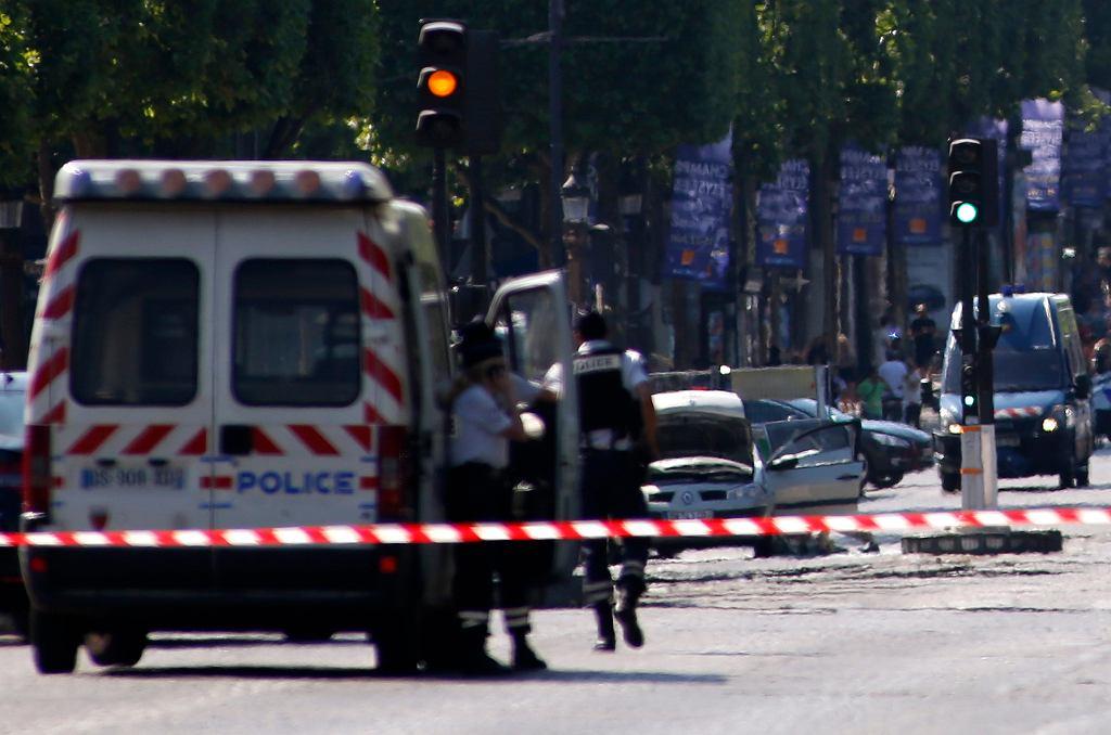Akcja policji przy Polach Elizejskich