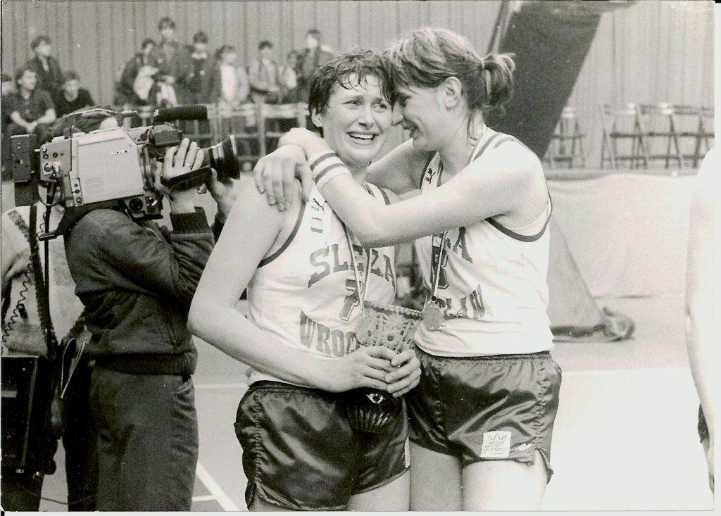 Łzy radości na twarzach koszykarek - Marioli Pawlak-Marzec (z prawej) i Teresy Kępki-Swędrowskiej - po zdobyciu mistrzostwa Polski (1987 r.)