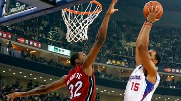 Ryan Hollins (Los Angeles Clippers) i Mickell Gladness (Miami Heat) podczas sparingu w Chinach
