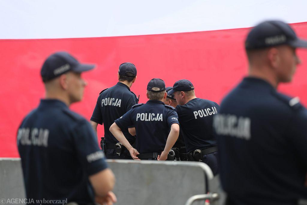 Policjanci obstawiają płotki którymi partia rządząca odgrodziła Sejm (w oczekiwaniu na protesty przeciwników pisowskich ustaw ograniczających niezależność sądownictwa). Warszawa, 18 lipca 2016