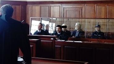 Proces Oleksandra P. oskarżonego o morderstwo tłumaczki. Na zdjęciu oskarżony, obrońcy i tłumacz