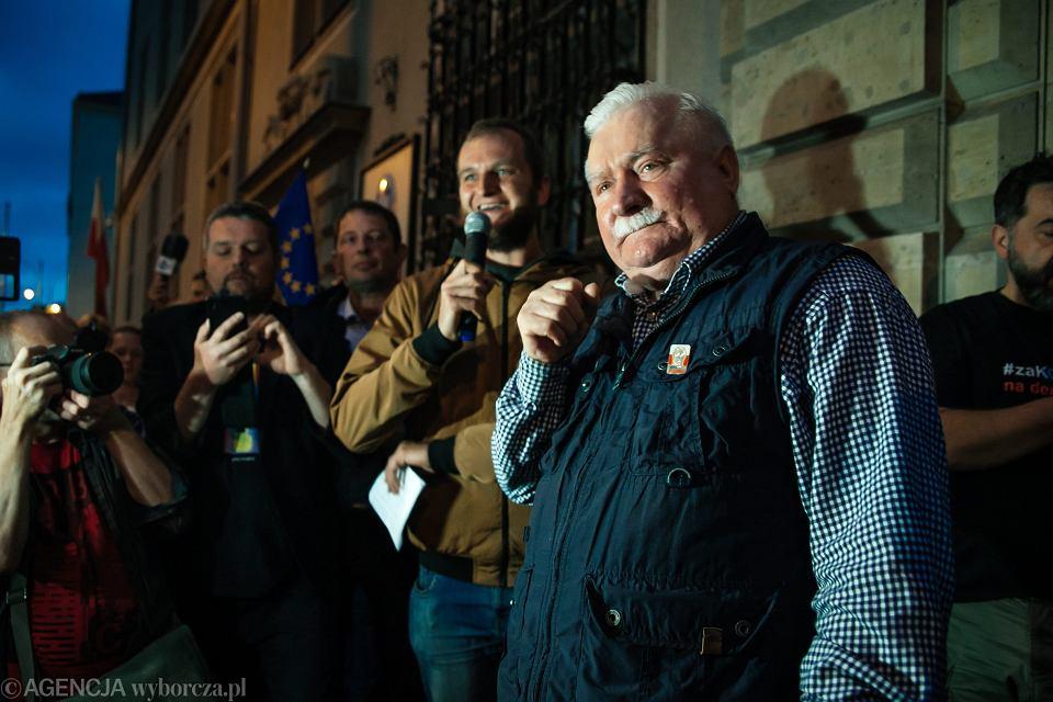 Lech Wałęsa podczas protestu w obronie niezawisłości sądów.