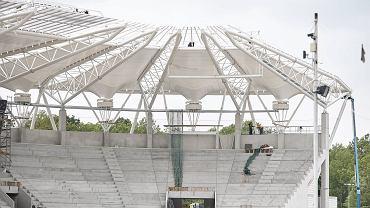 Na 28 lipca wyznaczono datę zakończenia budowy stadionu, na którym piłkarze ŁKS będą rozgrywać mecze ligowe w sezonie 2015/2016. Praktycznie zamontowano już zadaszenia nad trybuną, która pomieści prawie sześć tysięcy widzów. W najbliższym czasie będą montowane siedliska oraz ułożona zostanie nowa murawa. Sprawdźcie, jak postępują prace na stadionie przy al. Unii.