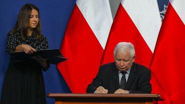 Jarosław Kaczyński podpisuje umowę koalicyjną