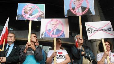 Warszawska siedziba Komisji Europejskiej, 26 lipca 2017 r. Manifestacja środowisk nacjonalistycznych pod hasłem 'Tusk, Timmermans, Soros - ręce precz od Polski'