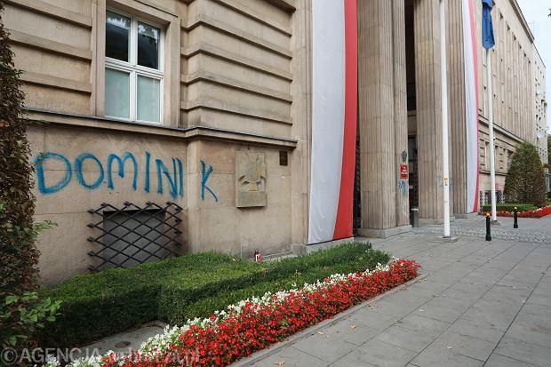 Imiona dzieci LGBT, które z powodu prześladowań popełniły samobójstwo. Nasprejowane na gmachu MEN. Warszawa, 30 września 2020