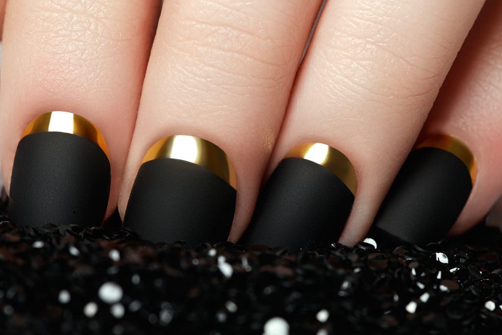 Czarne matowe paznokcie świetnie sprawdzą się na sylwestra