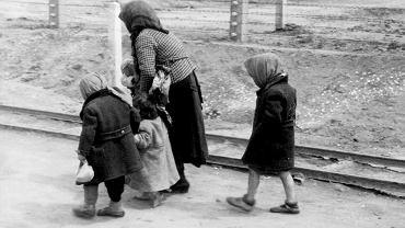 Kobieta z dziećmi w drodze do komory gazowej w Auschwitz-Birkenau