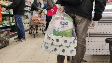 Politycy apelują, ale Niemcy ruszyli do sklepów. Papier toaletowy znów sprzedaje się na potęgę