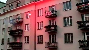 Raca rzucona z Marszu Niepodległości leci w kierunku mieszkania w al. 3 Maja