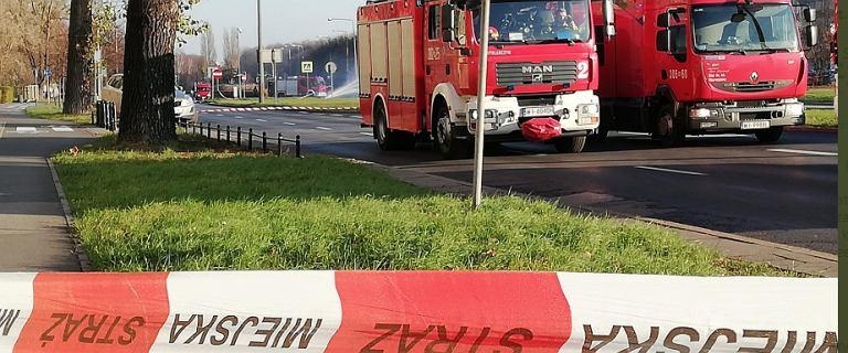"""Okolice szpitala na Banacha zamknięte dla ruchu. Z samochodu spadły butle z gazem. """"Zagrożenie wybuchem"""""""