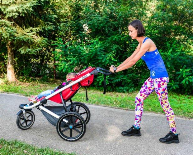 Pamiętajmy, aby przyjmować właściwą postawę również w czasie spaceru z maluszkiem w wózku.(Fot.Damian Rafacz)