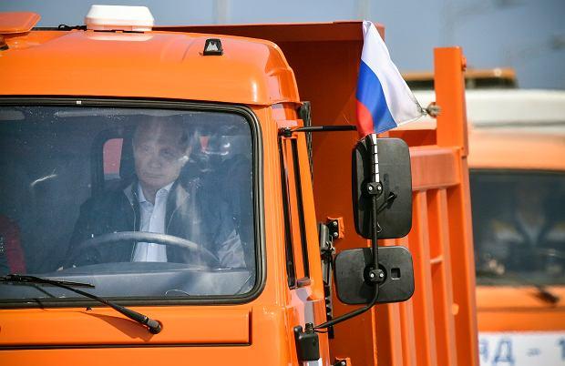 Władimir Putin kieruje pierwszą ciężarówką, która przejeżdża otwartym nowym mostem łączącym Rosję z Krymem, 15 maja 2018 r.