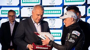 Wicepremier Jacek Sasin (z lewej) otrzymał od zawodnika Motoru Lublin Jarosława Hampela żużlowy kask z logo kopalni Bogdanka