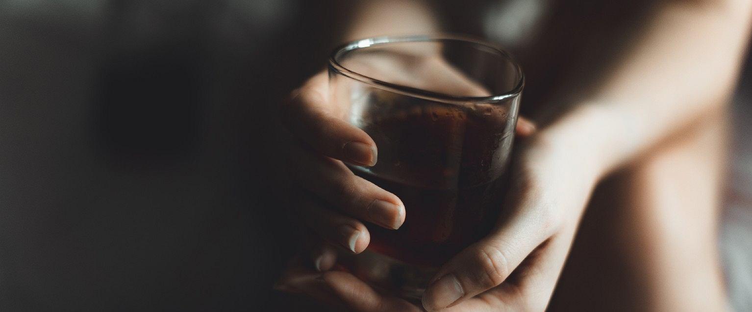 28 procent badanych przebadanych na wiosnę zadeklarowało, że w czasie pandemii spożywało alkohol w sposób ryzykowny (fot: Shutterstock.com)