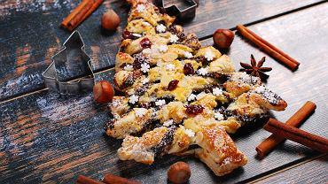Choinka z ciasta francuskiego to doskonały pomysł na wprowadzenie jeszcze więcej świątecznego charakteru do waszej kuchni i na stół.