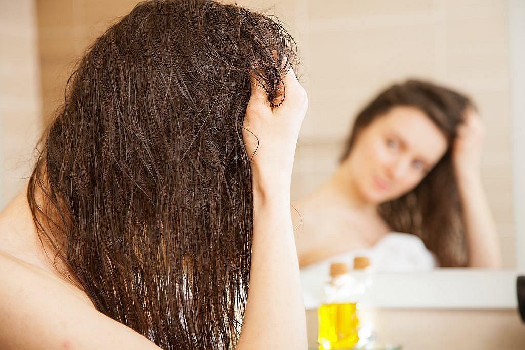 Zapobiegają wypadaniu i przyspieszają porost włosów. Hit za kilka złotych z domowej apteczki (zdjęcie ilustracyjne)
