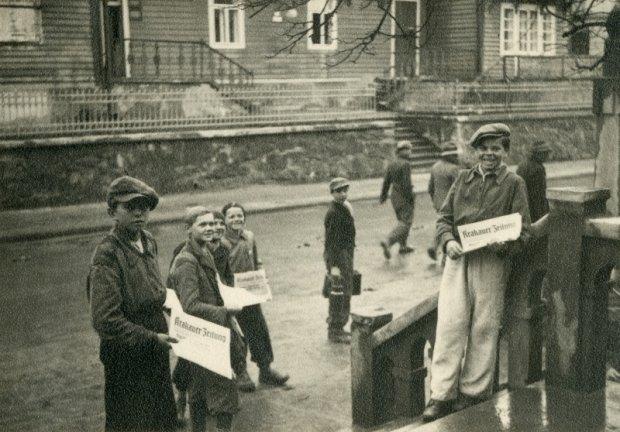 Mali gazeciarze sprzedający na ulicach Krakowa 'Krakauer Zeitung', najważniejszy niemieckojęzyczny dziennik okupowanego Krakowa. 1940