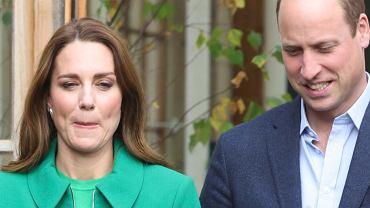 Księżna Kate wskoczyła w zieleń i myślała, że olśni? Może, ale nie w tych spodniach. Przyszła królowo, zaszalej