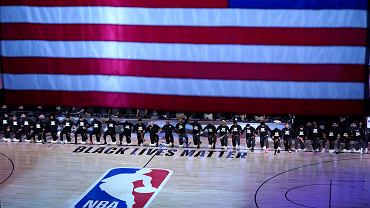 Koszykarze Orlando Magic i Brooklyn Nets klęczący przed meczem w ramach akcji 'Black Lives Matter'