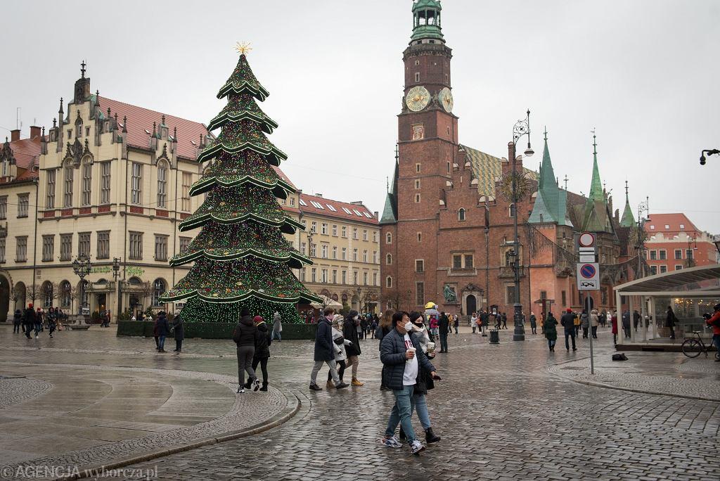 Ferie 2021. Wrocławski Rynek sprawdzi się na spacer nawet w czasie pandemii. Oczywiście trzeba pamiętać o zachowaniu środków ostrożności, ale to świetna okazja by podziwiać go bez tłumów