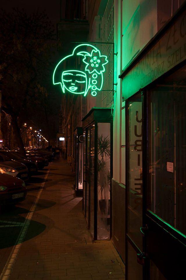 Neon autorstwa Maurycego Gomulickiego nad Youmiko Vegan Sushi, ul. Hoża 62 / fot. Youmiko Vegan Sushi