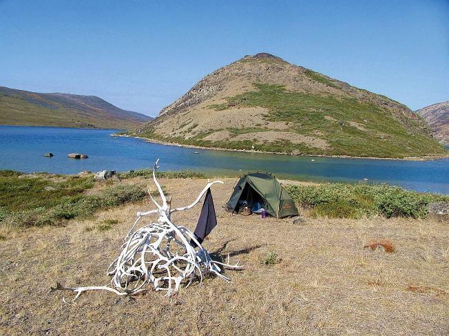 Grenlandia, szlak ACT to teren polowań narenifery, na którym jest mnóstwo poroży zatkniętych wkamienne piramidki oznaczające trasę oraz kopyt, czaszek, kości, anawet kawałków skór