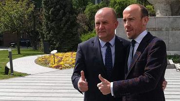 Borys Budka (z prawej) wspiera marszałka w kampanii wyborczej i w konflikcie z prezydentem Opola