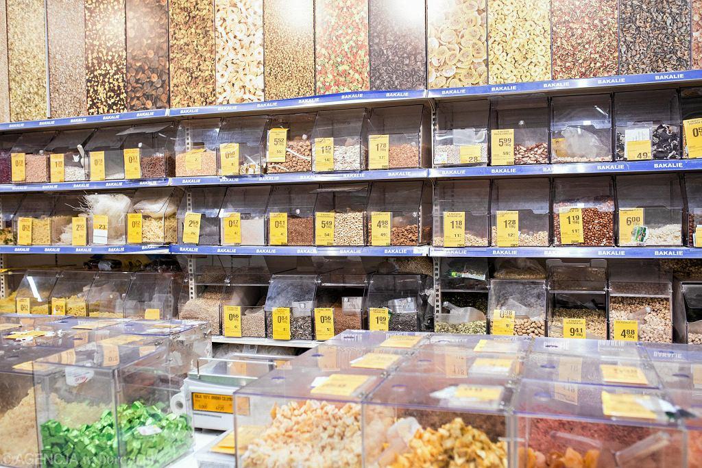 Produkty na wagę do własnych toreb i pojemników można kupować w Auchan na Woli w dziale Bazarek Luz