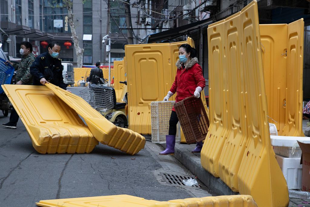 Wuhan stopniowo wraca do życia po miesiącach zamknięcia z powodu epidemii. Usuwane są bariery, które oddzielały niektóre części miasta